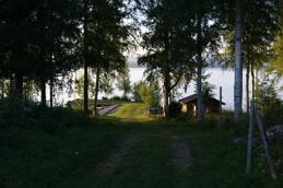 Vägen ner mot bastu och båtplats