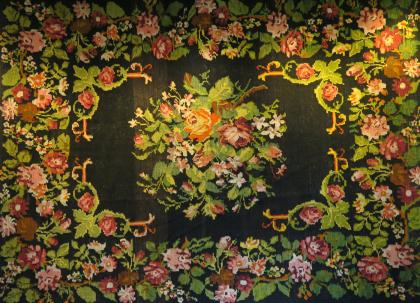 En rosenkelim från Moldavien hänger nu på väggen som en symbol för den förtroliga och intima verksamheten på SubRosa.