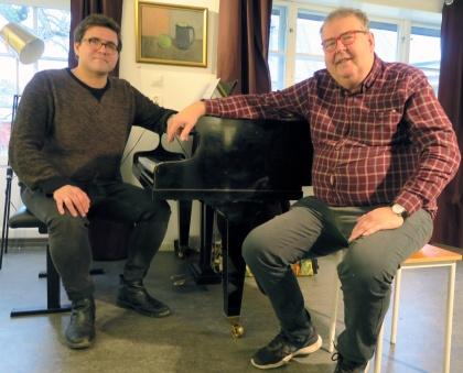 Jazzpianisten Felix Tani och skådespelaren Michael Segerström samspelar i Henning Mankells teaterstycke DRIVIG MILES i regi av Eyvind Andersen.