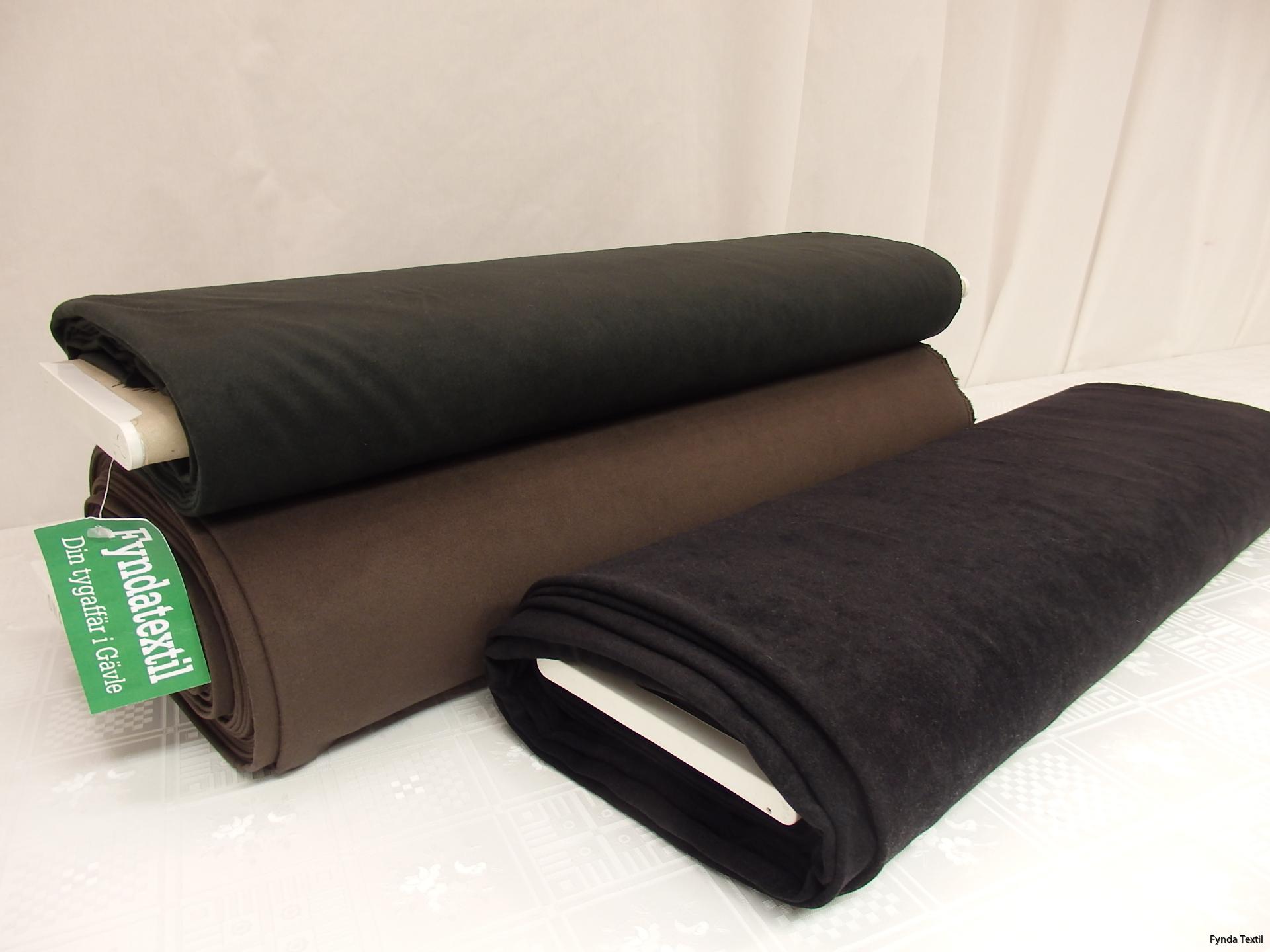 Stretchmocka. Fr höger: svart, mellanbrun och mörk skogsgrön.