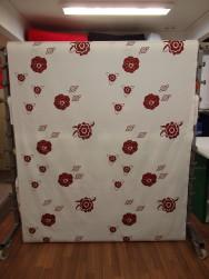 Gardintyg - Mörkröda blommor på vit botten