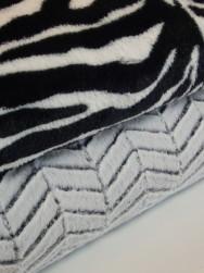 Lyxig pälsimmitation - Välj mellan vintervit chevron eller svart-vit zebra