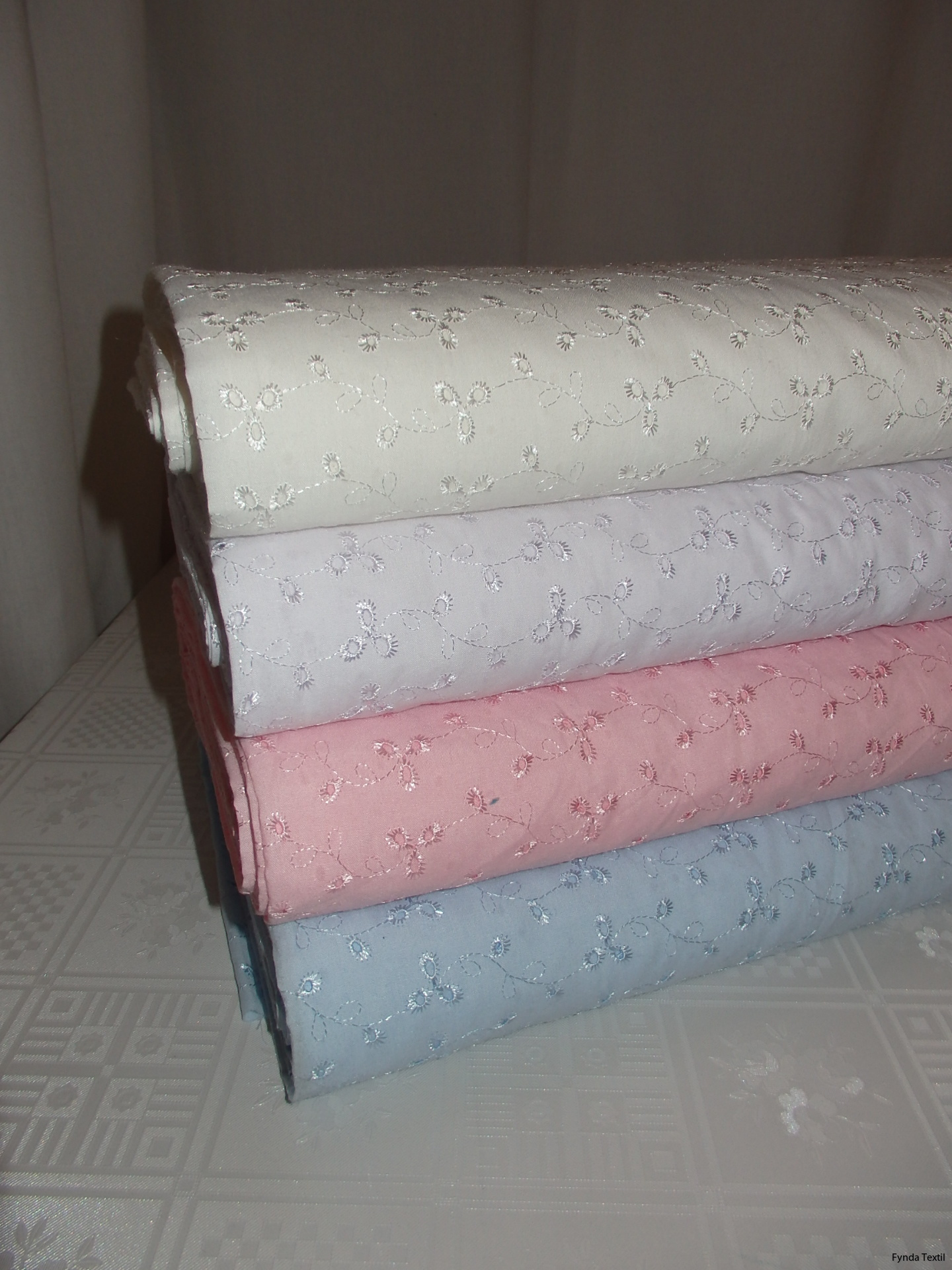 Uppifrån och ner: Naturvit, vit, rosa och ljusblå