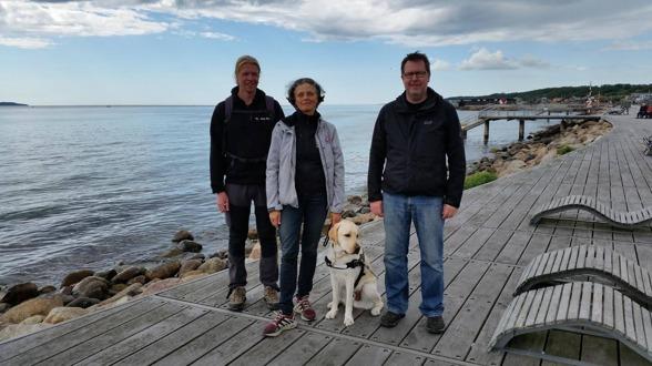 Anette från DISA vid havet i Helsingborg med Pekka och Janne från ledarhundskolan i Finland, Opaskoirakoulu och fina labradoren Assar, i träning till ledarhund.