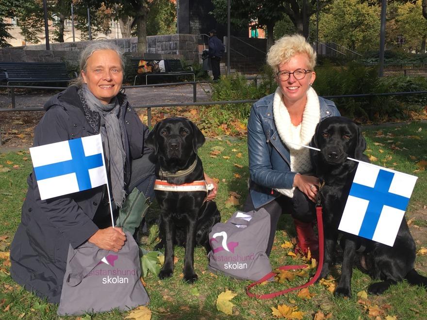Anette med Ellie och Carin med Maja, som stolt bär den finska flaggan i munnen.