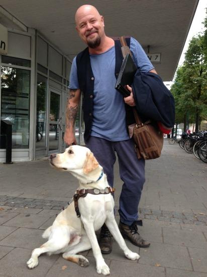 Anders Bagge gillar hundar. Här med labradoren Pompe, numera ledarhund.