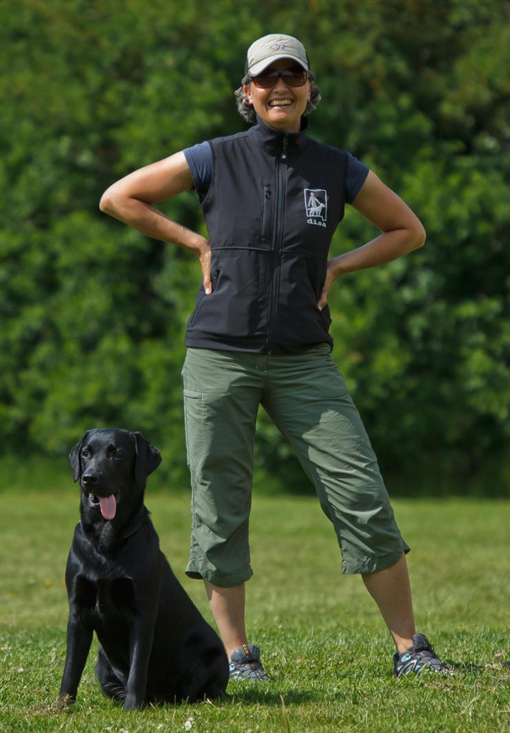 Anette & DISA firar 20 år som företag! Här står en glad Anette med svart labbe.