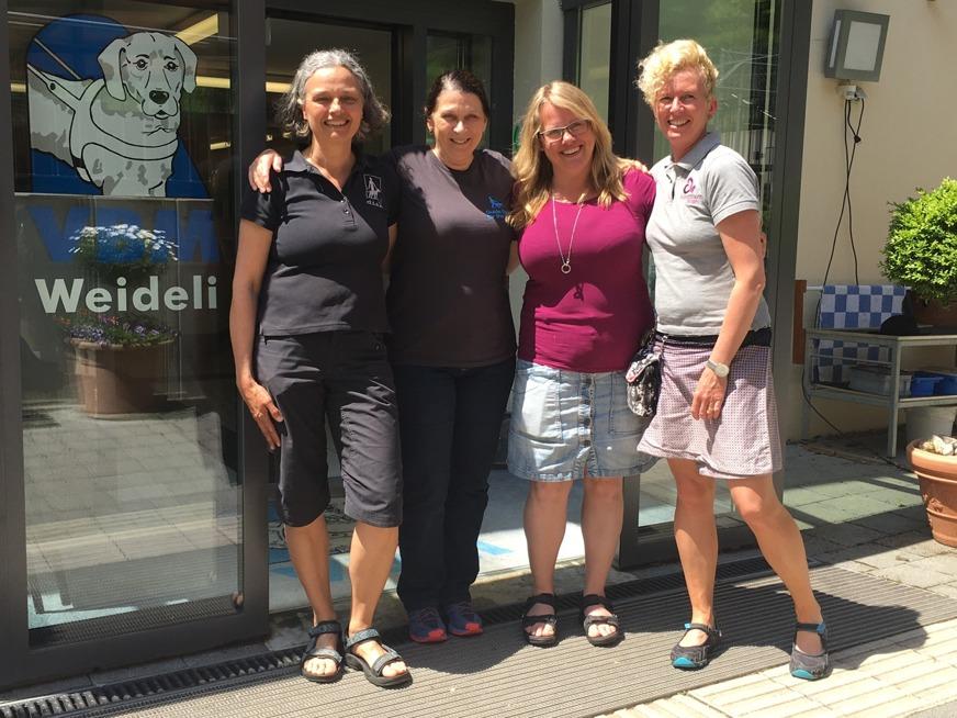 Anette (DISA), Michele Pouliot (tidigare ledarhundsinstruktör vid Guide Dogs for the Blind i USA och expert på klickerinlärning), Jenny (Expose ledarhundar) och Carin (Göta Hund) på vidareutbildning inom ledarhundsträning, här i Schweiz på hundskolan VBM.