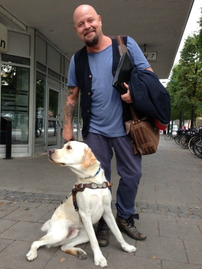 Idol jury member Anders Bagge with one of DISAs dogs. Read more news and happenings on the billboard.