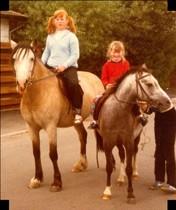 Stora systern till vänster o jag ca 5-6 år till höger