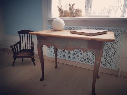 """Rokokobord med antika rustika förstärkningar.  Fler bilder finner Du under nästa flik """"Bilder/Pictures""""!"""