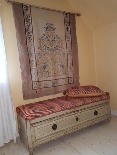 """Gustaviansk bänk under antik rullgardin. Fler bilder på våra objekt finner Du under nästa flik """"Bilder/Pictures""""!"""