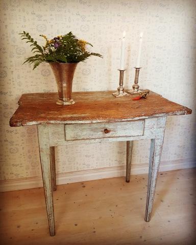 """Gustavianskt bord originalfärg. Fler bilder på våra objekt finner Du under nästa flik """"Bilder/Pictures""""!"""