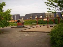 Som lekplatsen såg ut innan kommunen rev den 2009...