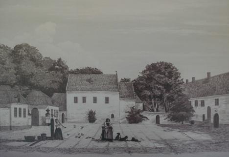Bosjöklosters borggård bibehöll ännu vid mitten av 1800-talet, då denna bild tecknades av F. Richardt, mycket av sitt ålderdomliga utseende. Den romerska kyrkan skulle några år senare genom C. G. Brun
