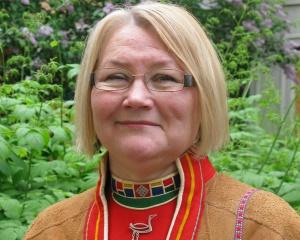 Laila Spik besöker Bosjökloster på vernissagedagen. Hon ger tips och smakprover på hälsosam mat för alla som vill lära sig av den samiska klokskapen.