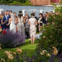 Välkomna gästerna i slottsträdgården