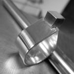 Slät droppformad ring med kvadrat Artnr: pris vid beställning maila kontakt@rolisilverdesign.se