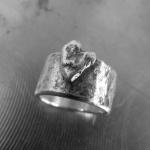 Hamrad oxiderad bred ring med hjärta Artnr: pris vid beställning maila kontakt@rolisilverdesign.se