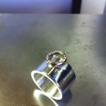 Bred slät ring med cirkel av guld Artnr: pris vid beställning maila kontakt@rolisilverdesign.se
