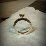 Hamrad ring med stående hjärta av guld Artnr: pris vid beställning maila kontakt@rolisilverdesign.se