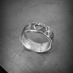 Smal hamrad ring med utsågat hjärta Artnr: pris vid beställning maila kontakt@rolisilverdesign.se
