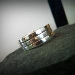 Släta kantiga ringar varav en har en guldplopp Artnr: pris vid beställning maila kontakt@rolisilverdesign.se