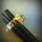 Dubbla smidda ringar med valfri gravyr och hjärta av guld Artnr: pris vid beställning maila kontakt@rolisilverdesign.se