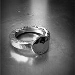 Hamrad ring med hamrad platta Artnr: pris vid beställning maila kontakt@rolisilverdesign.se