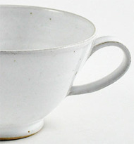 Egentligen får köparen hela koppen till halva priset. Fotot visar en detalj av Calle Forsbergs mugg.