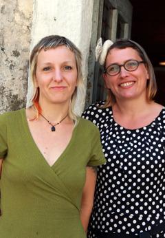 Maria Friese, vänster, och Ariane Mariane, höger, utanför sin urställningslokal i Pont de Montvert.