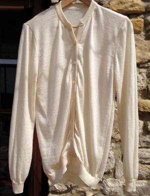 Denna tröja har jag tvättat i tvättmaskin, både på 40 grader och 60 grader. Frågan är vad man behandlar ullgarnet med som kan klara så tuff påfrestning utan att krympa mer en någon millimeter.