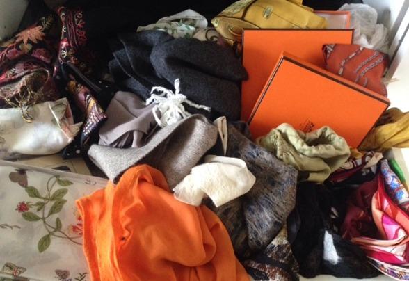 Några av alla mina sjalar och scarves. Har en låda till!
