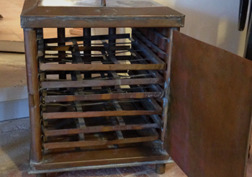 Värmeskåp från början av 1900-talet för att hålla de små sidenlarverna varma och samtidigt se till att de har tillgång till frisk luft.