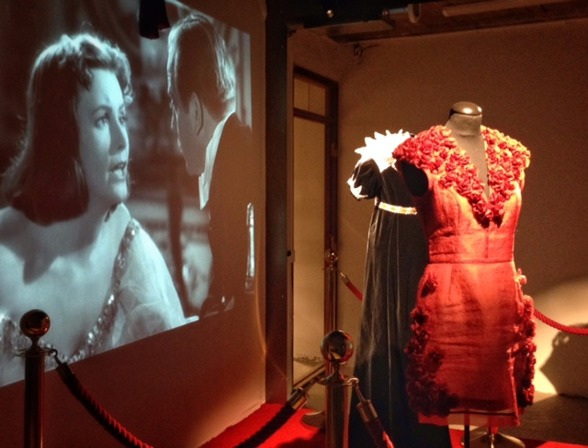 Alicia Vikanders klänning från röda mattan och Greta Garbos kostym från Gösta berlings saga. Två av våra mest berömda skådespelerskor från vita duken. En skillnad är Greta Garbo vägrade beträda den rö