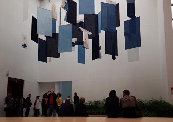 Aboubakar Fofanas indigofärgade installation.