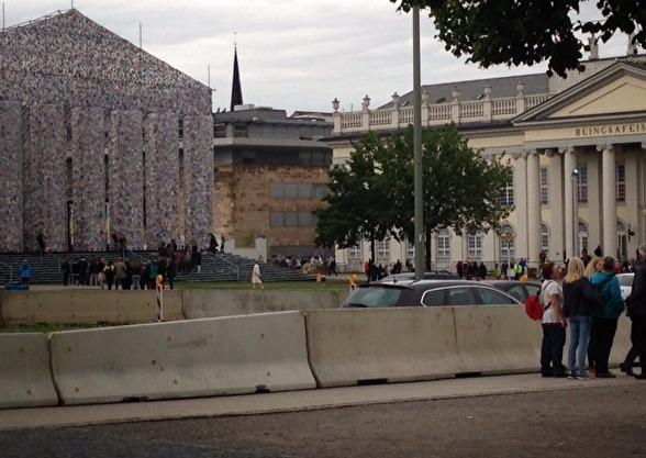 Den gulvita byggnaden till höger är Fridericianum som under alla år varit centrum för Documenta. Verket till vänster heter Parthenon of Books gjort av Marta Minujín.