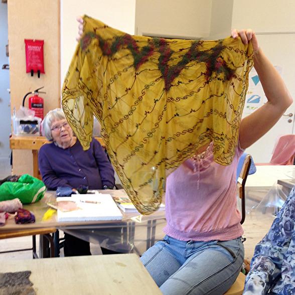 Typiskt exempel på hur jag ser hantverk och DIY. Fotot tog jag förra veckan när jag höll i kurs på Hemslöjden i Landskrona. En av damerna hade med en sjal som hon ville göra om lite.  Blev superbra.
