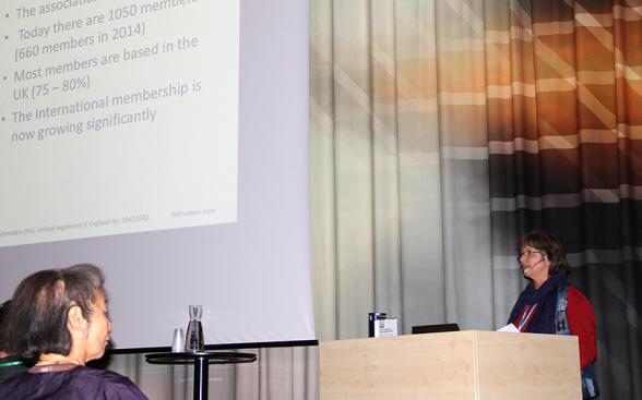 Johanna Rösti, President of International Feltmakers, berättar och informerar om föreningen.