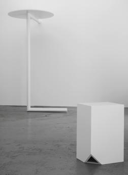 CUT, Skulptur i vitlackat trä. 2015. 50x33x26 cm. IC, skulptur i vitlackat trä, 2015, 203x131x1164 cm. Foto: Per Fredin.