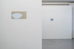 Gå den till mötes. Charlotte Jönsson. Installationsbild 2016. Blå målning #6. 2016  olja på pannå 26,4 x 48 cm. Berättaren. 2016. Olja på mdf. 18,3x12x3 cm. Foto: Jean-Baptiste Beranger.