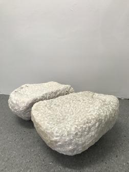 """I SHOWROOM: Lone Larsen: """"Arnolfinis tofflor"""", huggen marmor, diptyk, 2x (l) 22 cm, (b) 23 cm, (h) 17 cm"""