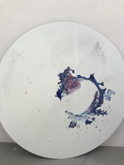 """""""Ytspänning"""", 2017. Emalj, bladguld, bladsilver. diam 95 cm. Utställningen """"Winter Studio"""", Galleri Fagerstedt jan - feb 2018"""