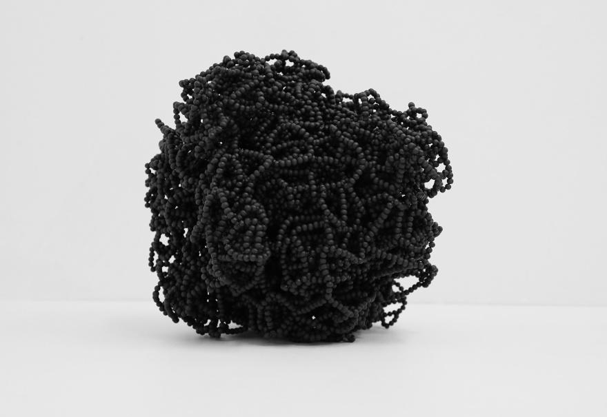 Helén Svensson. 16 287 punkter. 2018. Skulptur. Träpärlor, snöre, akryl. Höjd 38 cm.