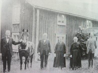 Familjen Larsson 1928.Lars Oskar med hästen som tydligen räknades till familjen.