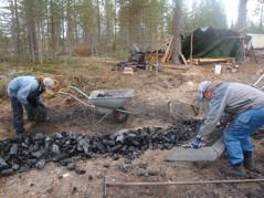 Rina och Pål lastar kol