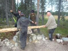 Stenen till spisen i Sigurds kolarkoja läggs på plats