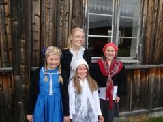 Sara, Julie, Marielle och Linnea poserar framför de nya gardinerna.