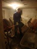 Erik laddar cementblandaren