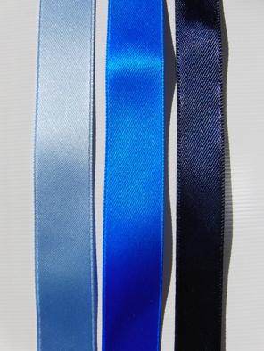 Olika nyanser av blå satinband